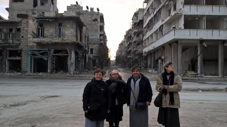 Podczas wyjazdu do wschodniej dzielnicy Aleppo. Siostra Brygida Maniurka stoi pierwsza z lewej.