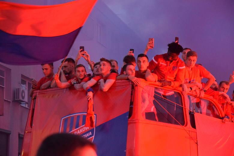 Feta piłkarzy Rakowa Częstochowa po awansie do PKO Ekstraklasy  Zobacz kolejne zdjęcia. Przesuwaj zdjęcia w prawo - naciśnij strzałkę lub przycisk N