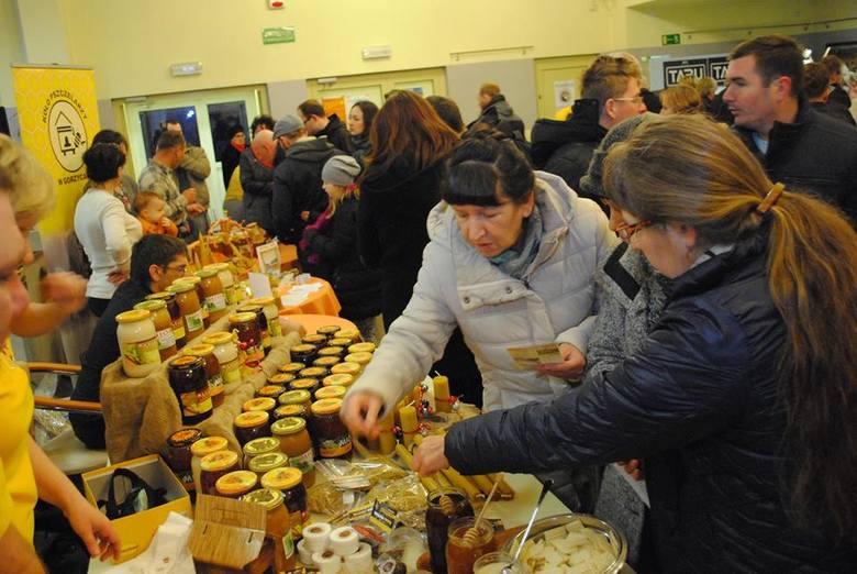 Radlin: W Miejskim Ośrodku Kultury swoje wyroby prezentowali lokalni pszczelarze. Stoiska miały sklepy, były punkty z kosmetykami i suplementami diety