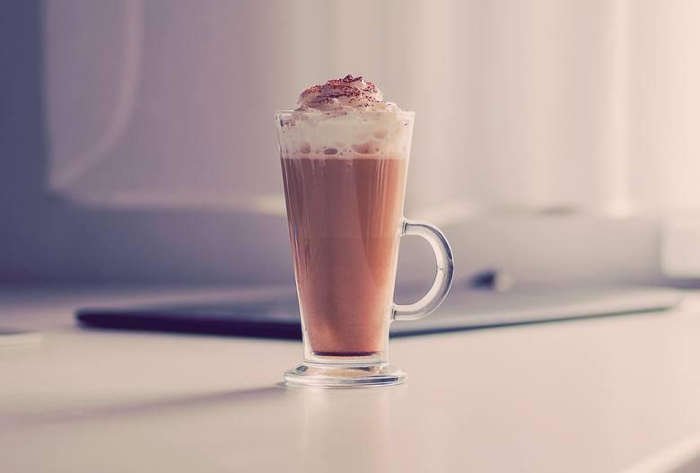 Składniki:> Mleko 2% lub mleko roślinne - szklanka> Banan - sztuka> Kakao gorzkie - łyżeczkaPrzepis:1. Wszystko miksujemy i gotoweźródło: