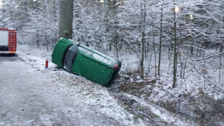 Do groźnego wypadku doszło dzisiaj o godz. 8.00 na drodze powiatowej Zębowice - Szemrowice w powiecie oleskim. 21-letni kierowca hyundaia z nieustalonych