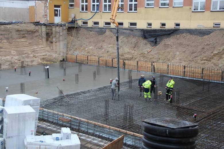 Inwestycja będzie kosztowała ponad 28 mln zł. Basen ma być gotowy w październiku 2020 roku. Wykonawcą jest firma firma ZAB-BUD Sp. z o.o. z Warszawy