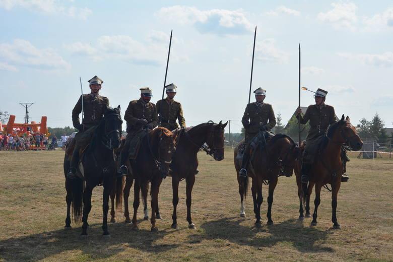 Wielkim zainteresowaniem cieszył się pokaz w wykonaniu grupy rekonstrukcyjnej 11. Pułku Ułanów Legionowych.