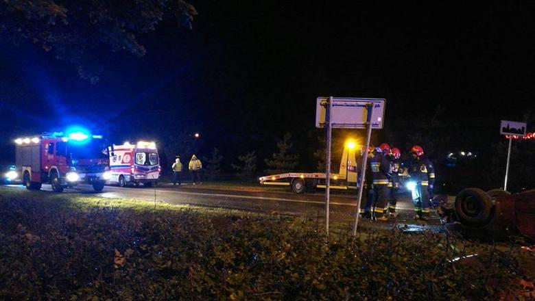 Dyżurny SKKM Białystok zadysponował OSP Wasilków do wypadku na ulicy Ks. W. Rabczyńskiego. Na miejscu stwierdzono, że samochód dachował. W aucie znajdowała