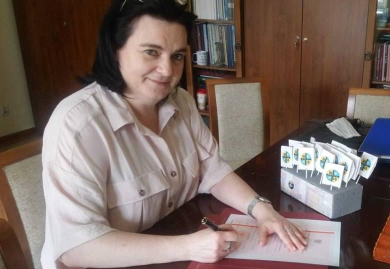 Joanna Raźniewska, dyrektor III LO w Opolu w piątek podpisywała ostatnie świadectwa. Szkołę zakończyło 131 uczniów.