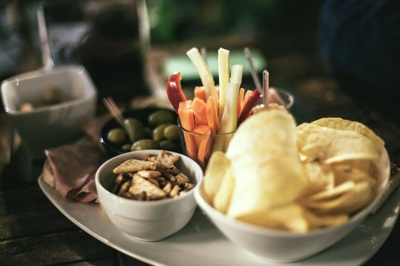 Czipsy, oliwki, krakersy, wędliny, sery - taki wybór produktów to bomba sodowa! Na diecie DASH z całego bufetu najlepiej wybrać paski surowych warzyw