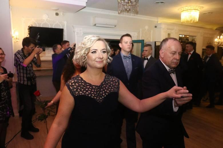 W piątkowy wieczór tegoroczni maturzyści z  XI Liceum Ogólnokształcącego we Wrocławiu swój uroczysty bal studniówkowy zorganizowali w hotelu Jasek. Podczas