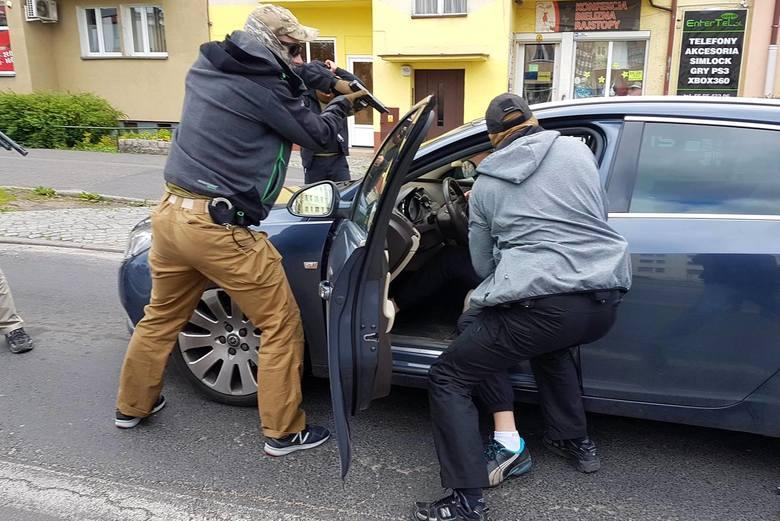 Pseudokibice z Torunia zatrzymani za nakłanianie do prostytucji. Mężczyźni mają zakaz opuszczania kraju.7,5 roku więzienia - tyle grozi trzem mieszkańcom