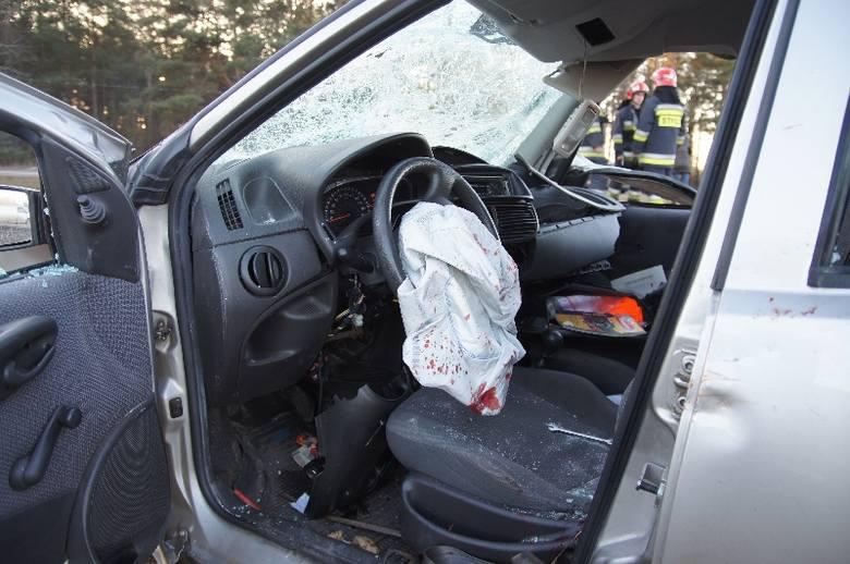 Wypadek w Borsukówce. Pociąg uderzył w samochód. Kierowca uwięziony w środku [FOTO]