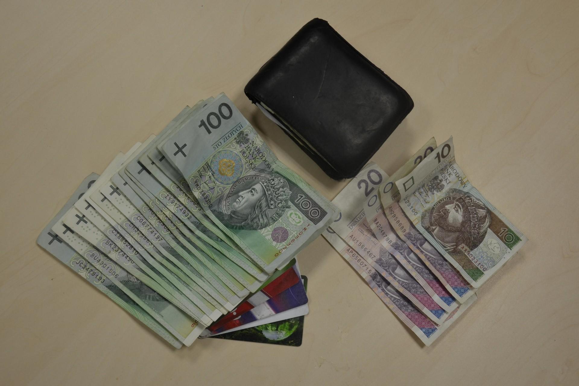 3654151a997c8 Do zdarzenia doszło w czwartek w sklepie w Książu Wielkim, gdzie robiący  zakupy mężczyzna zgubił portfel. Jego brak zauważył przy kasie, kiedy  chciał ...