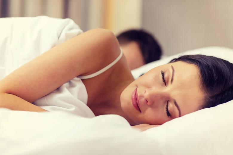 Optymalna temperatura ułatwiająca zasypianie mieści się w przedziale od 18 do 21°C. Dobrze, aby w sypiali nie było jasno – a najciemniej jak to możliwe.