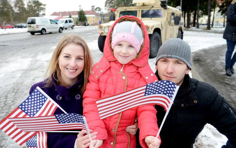 Mateusz Mysiak, Daria Kusa i Marysia Kusa przyglądali się powitaniu wojsk amerykańskich w Żaganiu.