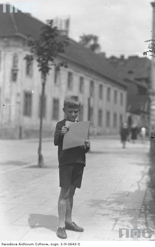 Chłopiec z cenzurką szkolną.