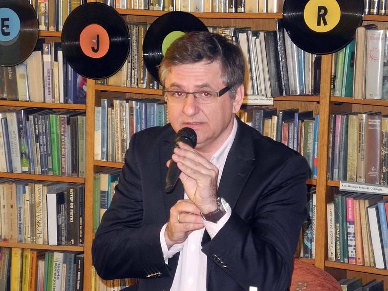 Roman Czejarek - dziennikarz, prezenter, konferansjer, publicysta, autor humorystycznych opowiadań, z wykształcenia inżynier elektryk. Związany z Radiową