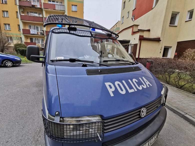 Do zdarzenia doszło w środę na osiedlu przy ul. Lwowskiej w Przemyślu. Na trawniku przed blokiem mieszkalnym mężczyzna zauważył leżącą kobietę.- Pogotowie