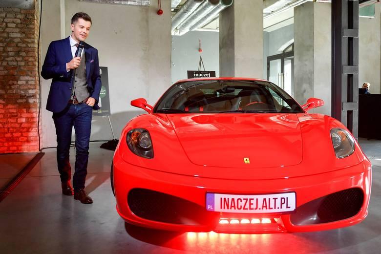"""Radek Kotarski - Książka """"Inaczej"""" w pakiecie z Ferrari F430 F1Aktualna cena: 350 100 zł (stan na 12 grudnia)Koniec licytacji: poniedziałek,"""