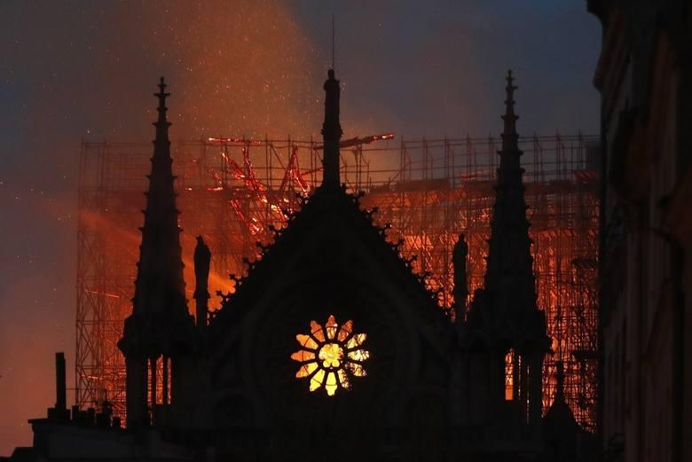 Tajemnicza postać i błyski na dachu Notre Dame
