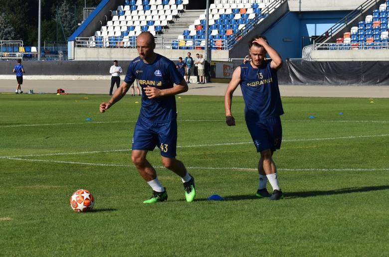 Piłkarze Stali Rzeszów wrócili z krótkich urlopów i spotkali się na pierwszym treningu. W zajęciach wziął udział Łukasz Trałka, który na razie gościnnie