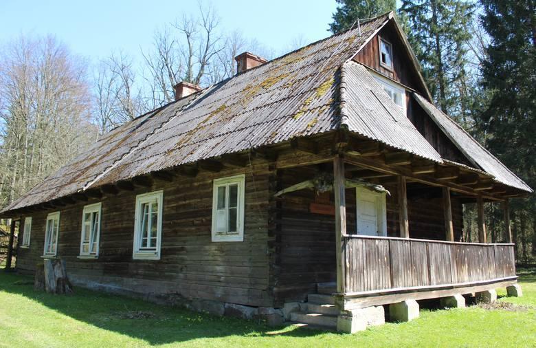 Niedawno do rejestru zabytków trafiła leśniczówka i stodoła ze spichlerzem w Białowieży, tzw. osada Dziedzinka. Przez ponad 30 lat mieszkała w niej prof.