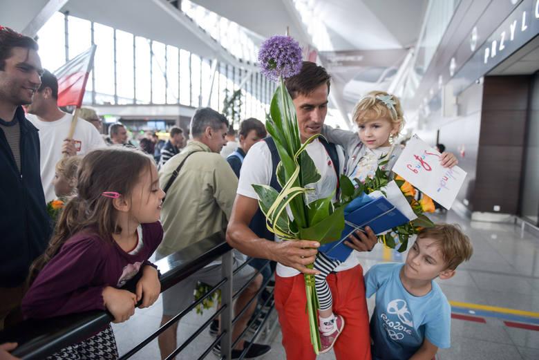 Żeglarz Piotr Myszka z Antkiem i Nelą witających go na lotnisku w Gdańsku po powrocie z igrzysk olimpijskich w Rio de Janeiro