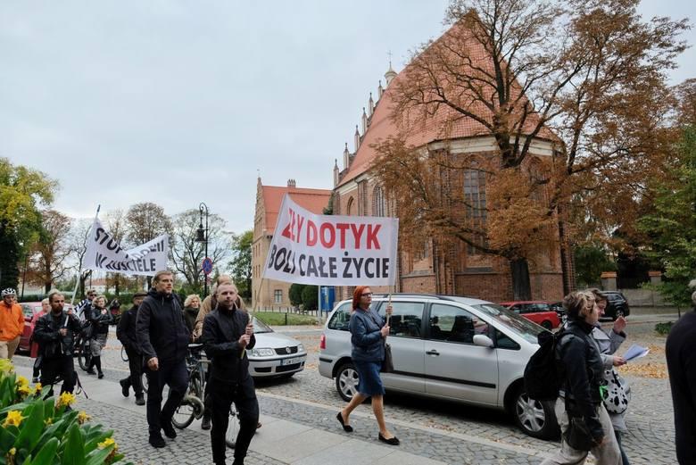 """""""Zły dotyk boli cale życie"""" - taki transparent nieśli w Poznaniu uczestnicy demonstracji """"Ręce precz od Dzieci"""", która przypominała o problemie pedofilii w Kościele.<br /> <strong>Przejdź do kolejnego zdjęcia ---></strong><br />"""