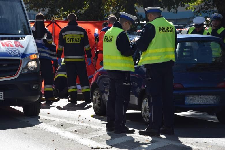 Wypadek śmiertelny na Żwakowskiej. Zginął 88-letni mężczyzna. Potrącił go 71-letni kierowca fiata seicento. Ruch na Żwakowskiej został wstrzymany.