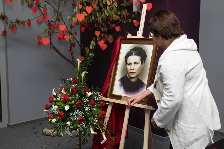 Irena Sendlerowa została patronką szkoły przyszpitalnej - Zespołu Szkół Specjalnych nr 33 dla Dzieci i Młodzieży Przewlekle Chorej w Bydgoszczy.