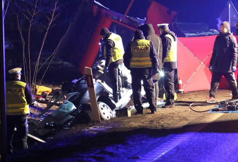 Tragiczny finał weekendu. Trzy kobiety zginęły w wypadkuTrzy osoby straciły życie, a dwie trafiły do szpitala po wypadku, jaki wydarzył się w niedzielę