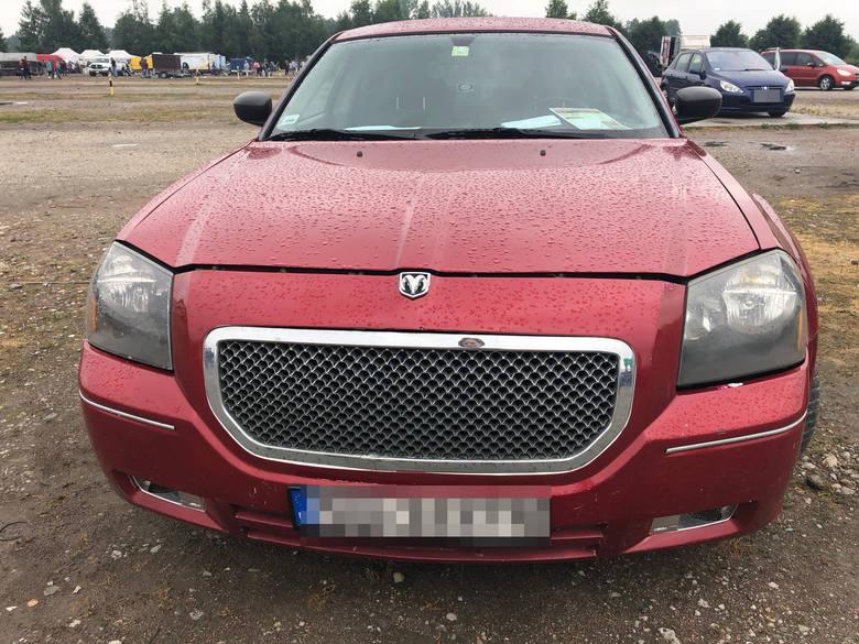 Deszczowa pogoda nieco rano w niedzielę odstraszyła handlujących i kupujących na giełdzie samochodowej, chociaż można było znaleźć fajne auta w dobrej