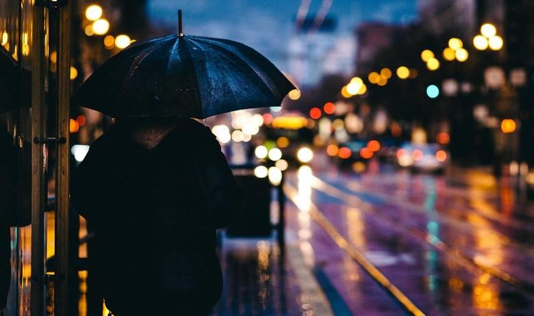 Deszcz nie odpuści do końca dnia. Momentami będzie bardzo intensywny. Możliwe są lokalne podtopienia. Przez całą sobotę dla Wrocławia i okolic obowiązuje