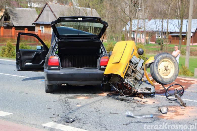 Funkcjonariusze wstępnie ustalili, że kierujący ciągnikiem rolniczym jadąc w kierunku Nowego Żmigrodu zaczął skręcać w lewo na posesję. Podczas tego