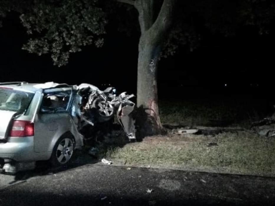 b3dac9ed Do wypadku doszło w poniedziałek, 9 lipca tuż po północy. W Jasieniu  niedaleko Czempinia audi roztrzaskało się na drzewie. Na miejscu zginęli  mężczyźni w ...