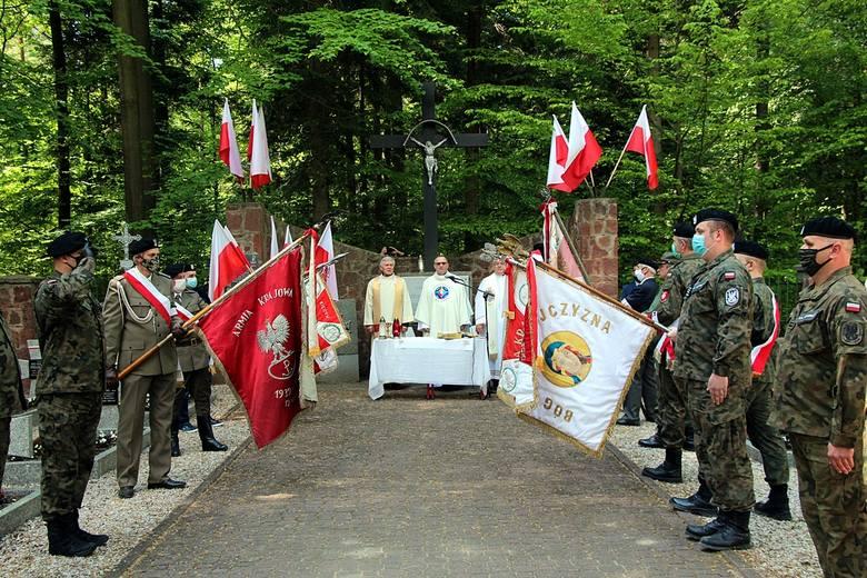 Polową mszą świętą uczczono kolejną, już 76., rocznicę poświęcenia cmentarza na Skarbowej Górze, na którym spoczęli partyzanci Podobwodu Armii Krajowej