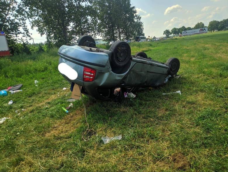 Dziękonie. Wypadek na DK 65. Skoda i audi wylądowały w rowie (zdjęcia)