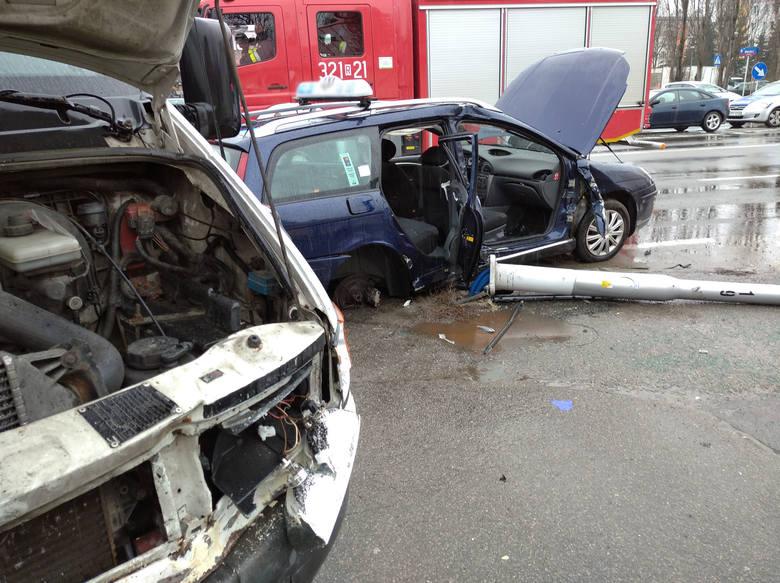 Przed godz. 13 doszło do wypadku na ulicy Lwowskiej  w Rzeszowie. Samochód dostawczy, po tym jak uderzyła w niego mazda, zderzył się z taksówką - poinformował