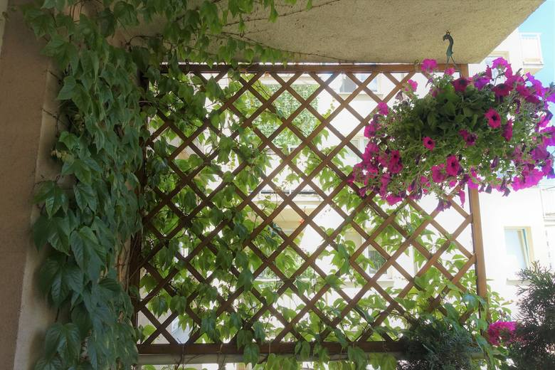 Pergola na balkonie daje cień