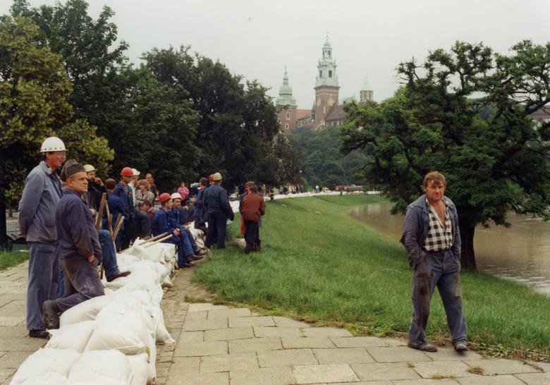 """W lipcu 1997 roku przez Polskę przeszła """"Powódź Tysiąclecia"""". Drugi tydzień lipca w roku 1997 przebiegał w południowej Polsce pod znakiem ciągle padającego obfitego deszczu. Kilkudniowe  opady doprowadziły szybko do podniesienia się poziomów rzek, także w Małopolsce. W trakcie powodzi w Polsce..."""