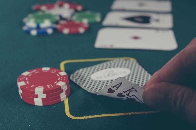 Rosjanin, Andrei Karpov był tak pewien wygranej podczas rozgrywki pokera w 2007 roku, że… postanowił postawić swoją żonę. Niestety przegrał i to - jak