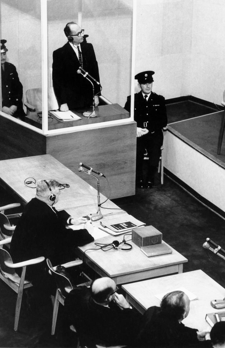 Tuwia Frydman w czasie wizyty w Nowym Jorku w 1971 r. W ręce trzyma zdjęcie Josefa Mengele, którego zresztą nigdy nie odnalazł