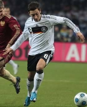To Ozil dośrodkowywał w 82. minucie. Duże zamieszanie pod bramką Urugwaju i gola zdobywa Khedira.