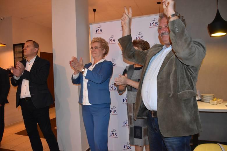 Odwiedziliśmy grudziądzkie sztaby ugrupowań, które według sondaży wchodzą do sejmu. Sondaż: PiS: 43,6 proc., KO 27,4 proc., Lewica 11,9 proc., PSL/Kukiz: