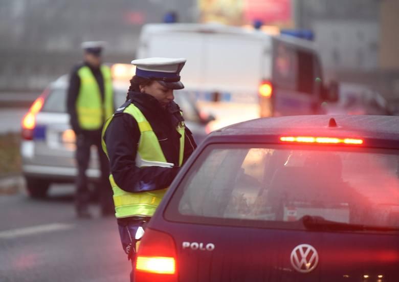 Wielu kierowców zapomina o kilku podstawowych przepisach. W ten sposób nie tylko narażają się na mandat w wysokości nawet do 500 zł, ale również stwarzają