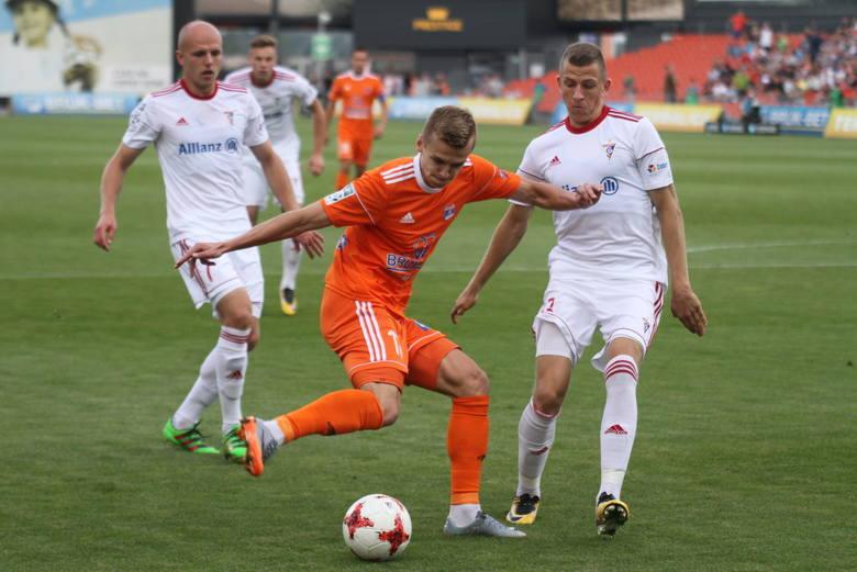 Obrońca Bruk-Betu Termaliki Bartosz Szeliga (przy piłce) w niedzielę zagra przeciwko swojej byłej drużynie