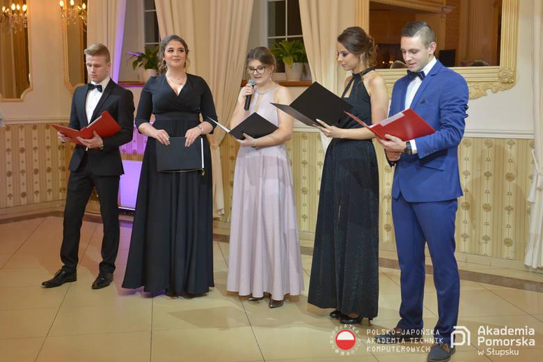 Maturzyści z IV LO w Słupsku w piątek wspólnie bawili się na studniówce. Zobaczcie zdjęcia naszego fotoreportera. Partnerami serwisu STUDNIÓWKI 2019