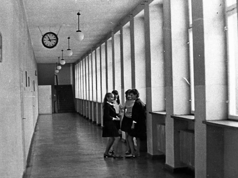 W latach 60-tych ubiegłego wieku obowiązywał regulaminowy strój, a szkoła była nadal żeńska. Pierwsi chłopcy pojawili się na jej korytarzach w roku szkolnym 1967/1968