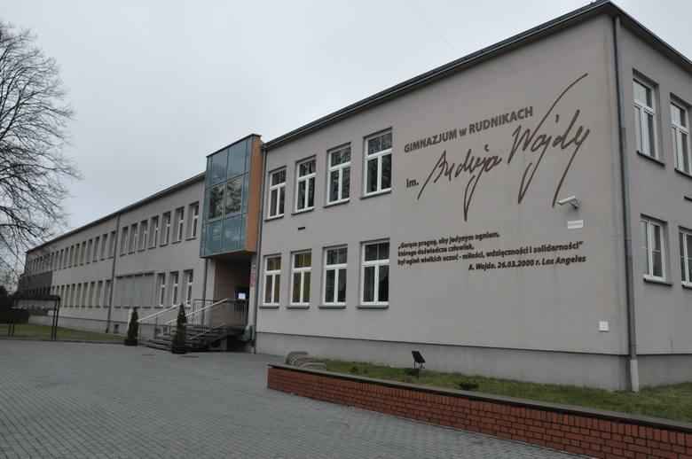 Andrzej Wajda na uroczystości nadania jego imienia szkole w Rudnikach w 2009 roku.