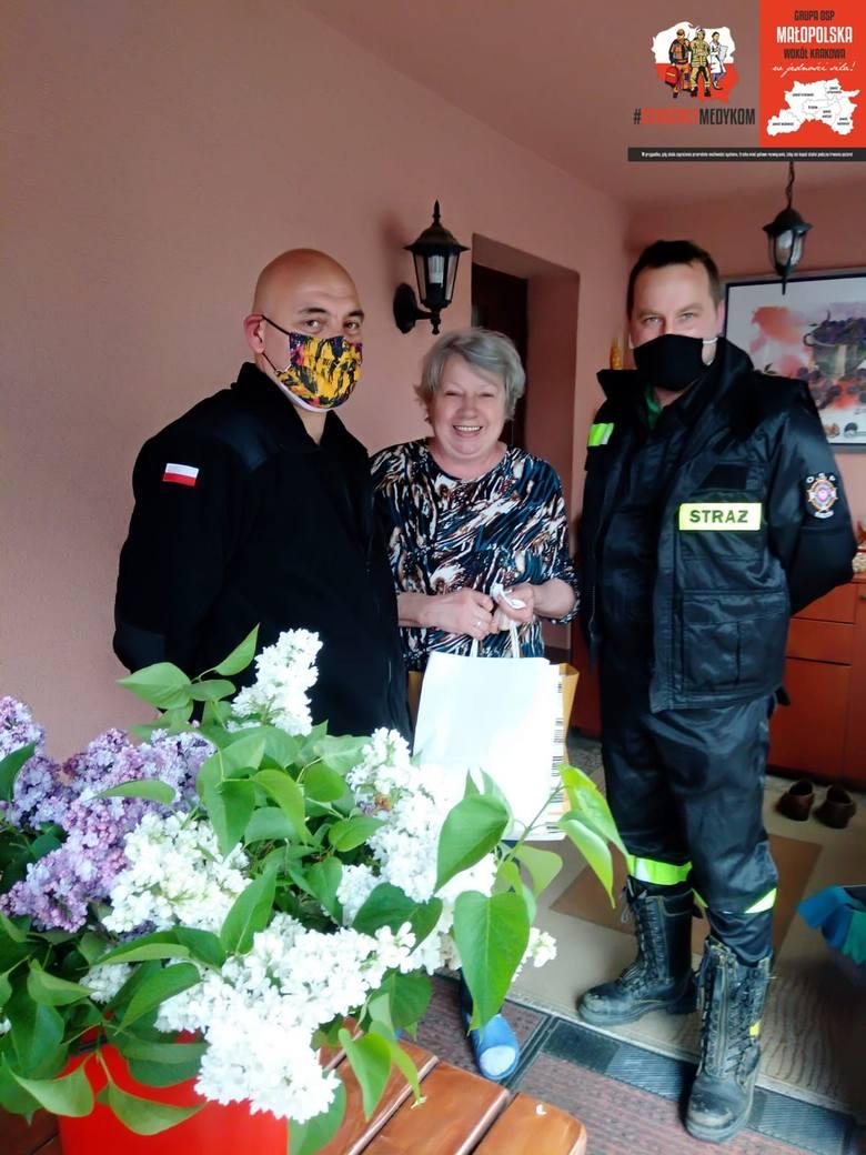 Strażacy zadbali o domy pomocy społecznej w powiecie krakowskim. Zawieźli maseczki, przyłbice, płyny dezynfekcyjne, wodę i słodycze