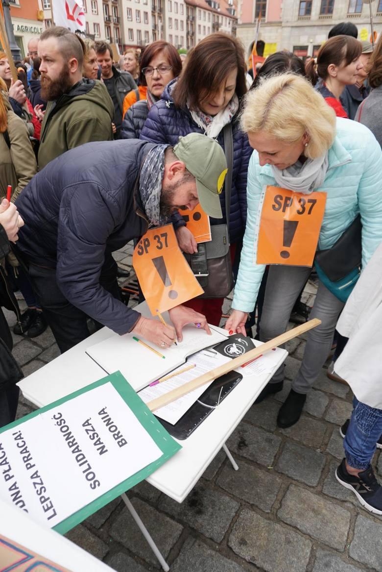 Pod koniec sierpnia zapadnie decyzja w sprawie strajku nauczycieli. Sławomir Broniarz poinformował, że 26 sierpnia odbędzie się zebranie, na którym zostanie podjęta decyzja o referendum, które zadecyduje o tym, czy strajk się odbędzie i w jakiej formie. Prezes ZNP stwierdził także, że termin...