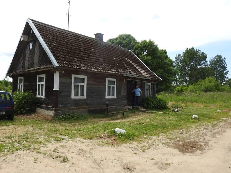 Spadkobiercy  mieszkańców wsi Łuka postanowili upomnieć się o własność odebraną ich przodkom. Stoją obok krzyża upamiętniającego wysiedlenie Łuki. Obok