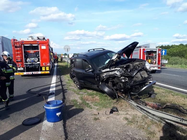 7 sierpnia późnym popołudniem na DK1 niedaleko Piotrkowa doszło do wypadku. Kierujący hyundaiem zderzył się z ciężarówką, odbił się od i wpadł pod kolejną